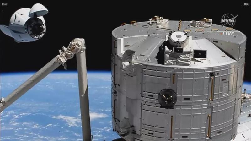 搭乘美国载人龙飞船的4名宇航员抵达国际空间站